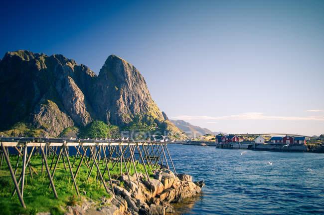 Мальовничою природою видом на море і гори під зніміть блакитне небо — стокове фото