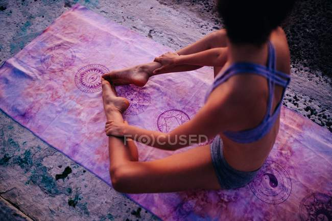 Woman meditating on yoga mat — Stock Photo