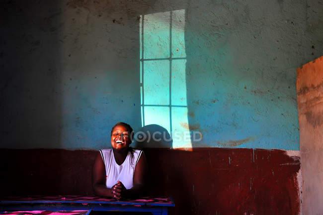 Mulher negra feliz rezando a Deus — Fotografia de Stock