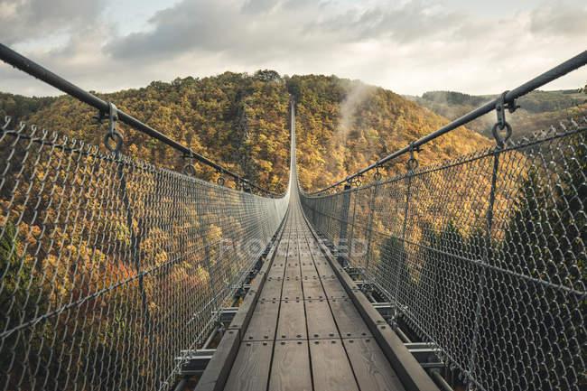 Passarela sobre a ponte de suspensão contra o céu — Fotografia de Stock
