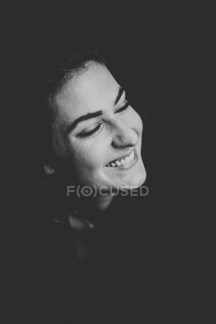 Porträt der lachende Frau auf schwarzem Hintergrund — Stockfoto
