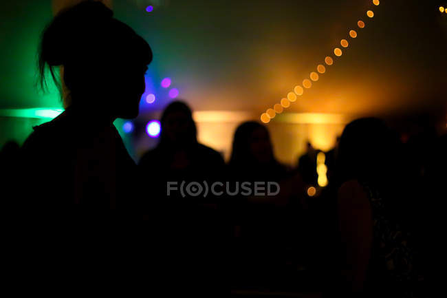 Силуэт людей на концерт музыки — стоковое фото