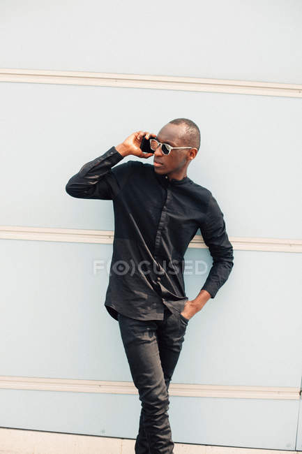 Young black man talking on the phone — Stock Photo