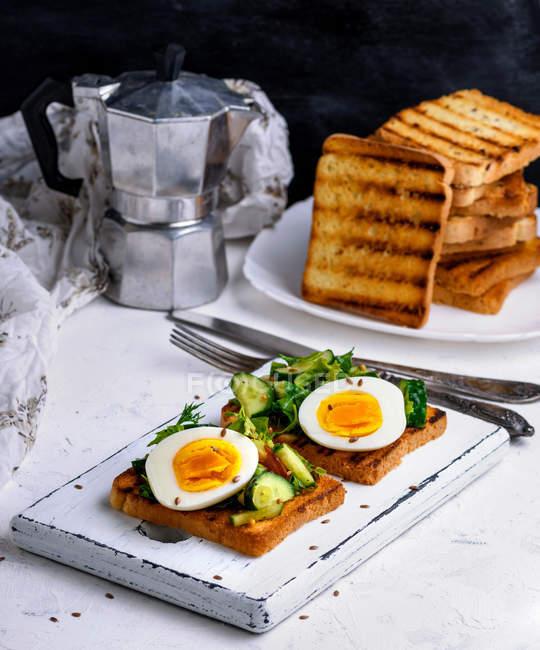 Saborosos ovos ao pequeno-almoço serviram em uma mesa branca — Fotografia de Stock