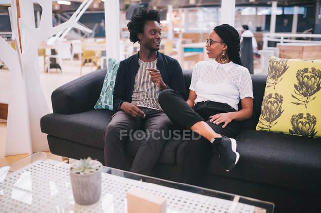 Junge afrikanische Geschäftsleute, Gespräch im Büro — Stockfoto