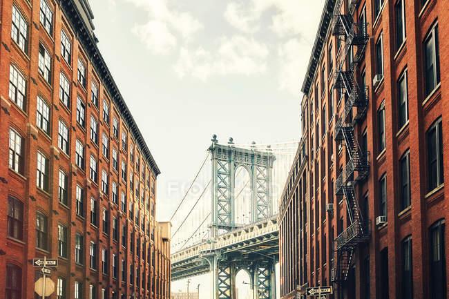 Мангеттенський міст видно з Дамбо, Нью-Йорк, США — стокове фото