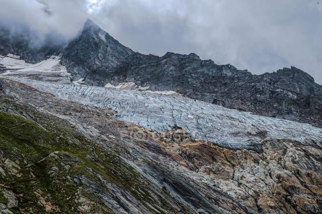 Montagna rocciosa in nuvole, freddo — Foto stock