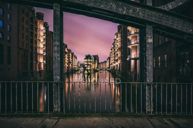 Illuminated architectural city buildings under a pink sky, hamburg, germany — Stock Photo
