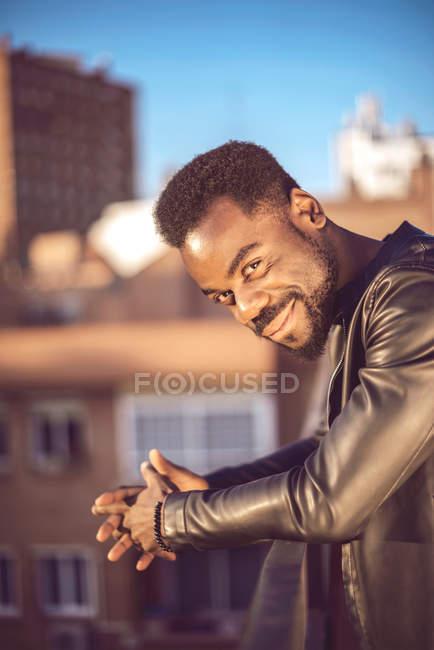 Bello giovane uomo nero in vestiti alla moda — Foto stock