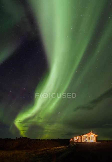 Greeen Aurora Boreal por la noche en el cielo - foto de stock