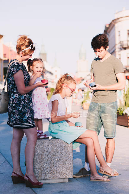 Family spending time together in the city center — Stock Photo