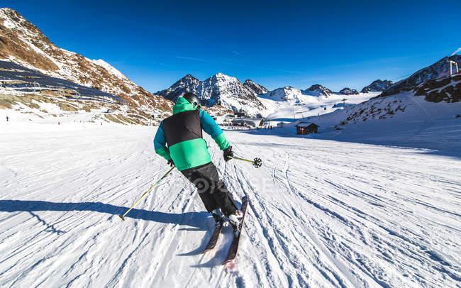 Зимний сезон в Альп, спортивный человек, Катание на лыжах с горы — стоковое фото