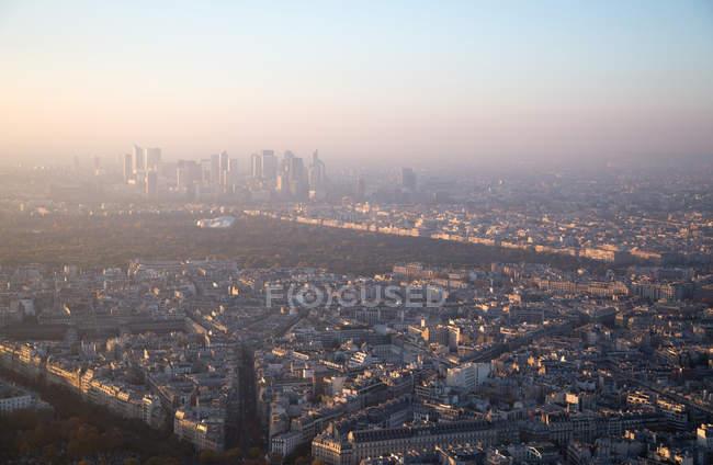 Découvre sur les bâtiments de la grande ville et le parc à Paris — Photo de stock
