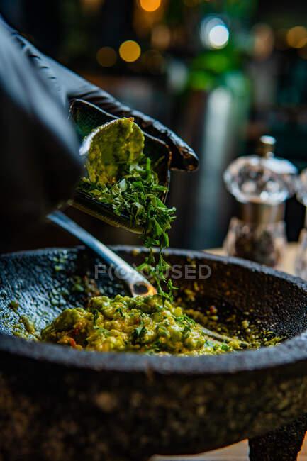 Крупным планом человек готовит свежую пищу с травами и специями — стоковое фото