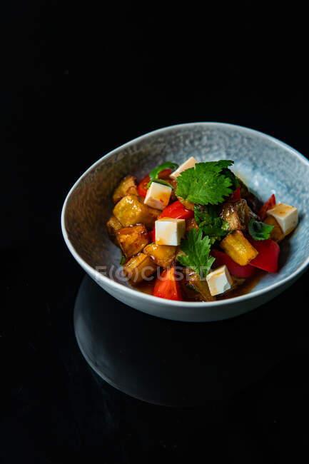 Frischer Salat mit Hühnchen, Zwiebeln, Tomaten, Käse und Kräutern auf dem Teller — Stockfoto