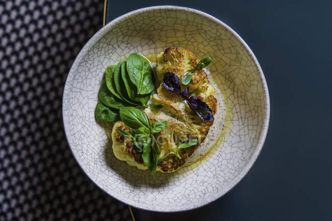 Délicieux mets végétariens en assiette, concept de repas santé — Photo de stock