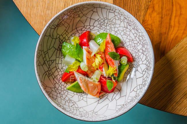 Top vue sur une délicieuse salade santé avec de la viande et des légumes frais — Photo de stock