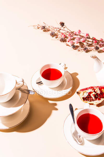 Taza de té y salchicha en fondo blanco - foto de stock
