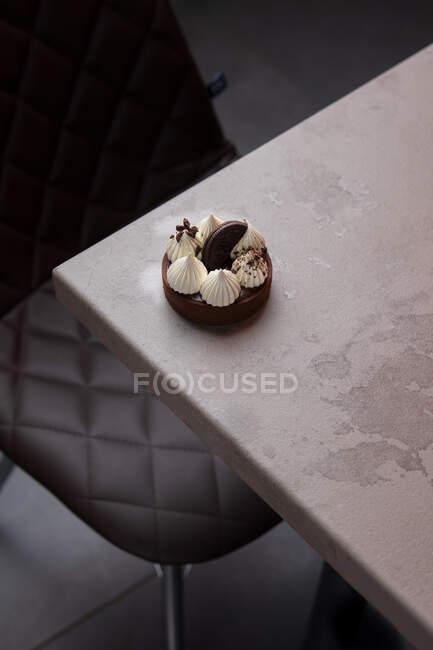 Leckerer Cupcake mit weißem Zuckerguss und Plätzchen auf weißem Teller — Stockfoto