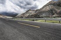 Route sinueuse dans les montagnes du Tibet, Chine — Photo de stock