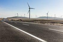 Estrada e moinhos de vento na província da Mongólia Interior, China — Fotografia de Stock