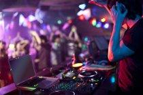 Männliche Dj Rekord Kratzen im Nachtclub zu tun — Stockfoto