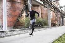 Atleta cinese di sesso maschile che fa jogging sulla strada — Foto stock