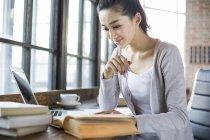 Femme chinoise livre de lecture dans le café — Photo de stock