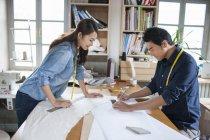 Chinesische Modeschöpfer arbeiten im Atelier — Stockfoto