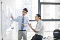 Chinesische Geschäftsleute unterhalten sich im Vorstandszimmer — Stockfoto