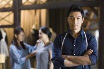 Sarto maschio cinese in piedi con le braccia attraversate — Foto stock