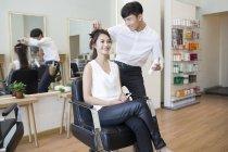 Китайський перукар, що працюють на клієнта — стокове фото