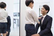 Réglage cravate de père chinois garçon — Photo de stock