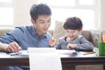 Filho de pai ajuda com a lição de casa — Fotografia de Stock