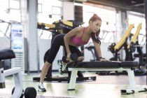 Chinesin im Fitness-Studio mit Hantel trainieren — Stockfoto