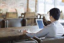Китаєць, використовуючи цифровий планшетний в кафе — стокове фото