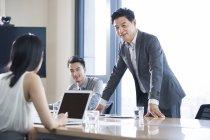 Hommes d'affaires asiatiques parler dans la salle de réunion — Photo de stock