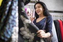 Mulher asiática compras na loja de roupas — Fotografia de Stock