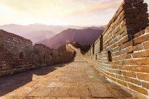 Vista panorâmica da Grande Muralha da China ao pôr-do-sol — Fotografia de Stock