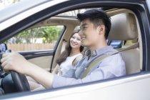 Pareja China en coche - foto de stock