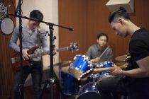 Banda musical chino grabando la canción en estudio - foto de stock