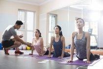 Азиатки, работающие с тренером в тренажерном зале — стоковое фото