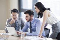 Gens d'affaires ayant rencontre avec ordinateur portable au bureau — Photo de stock