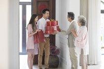 Coppia in visita ai genitori il Capodanno cinese — Foto stock