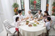 Famille en train de dîner du nouvel an chinois — Photo de stock