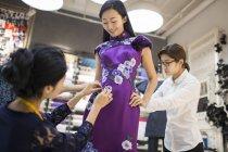Chinesische Modedesigner Kunde Kleid anpassen — Stockfoto
