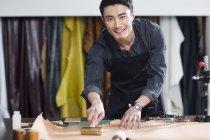 Азіатський чоловічого майстер працює в студії — стокове фото