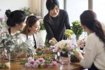 Femmes asiatiques, arrangement floral d'apprentissage — Photo de stock