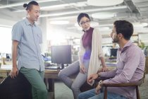 Kollegen im Büro sprechen — Stockfoto