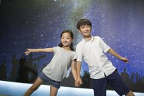 Bambini cinesi in posa nel Museo della scienza e tecnologia — Foto stock